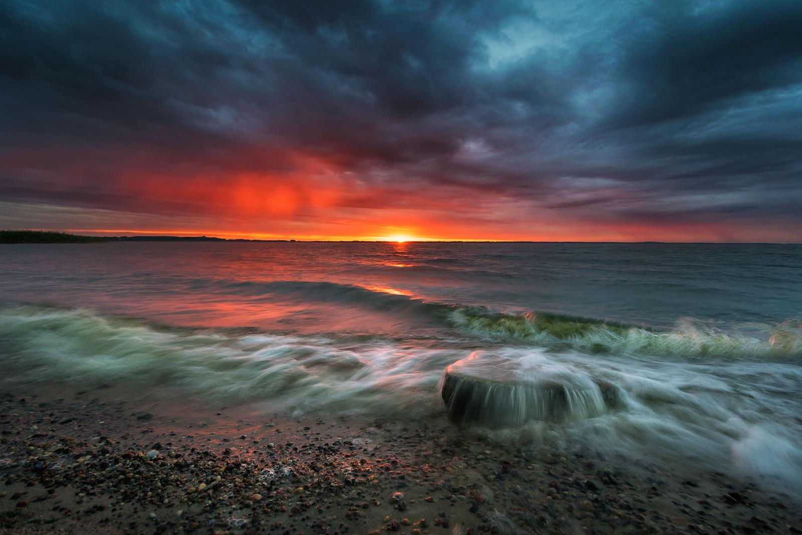 Sonnenuntergang und Regenwolken Achterwasser Usedom