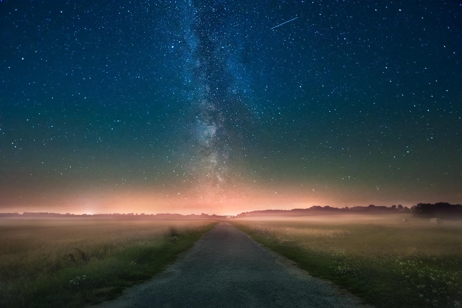 Milchstraße über Feld